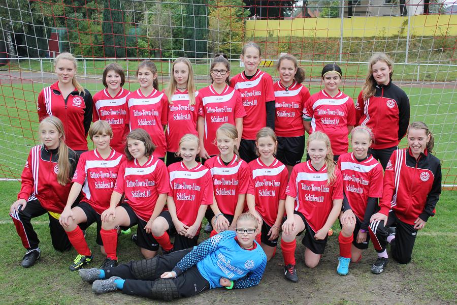 Die erfolgreiche U13-Mannschaft mit Trainerin Anna Koepe (l.)