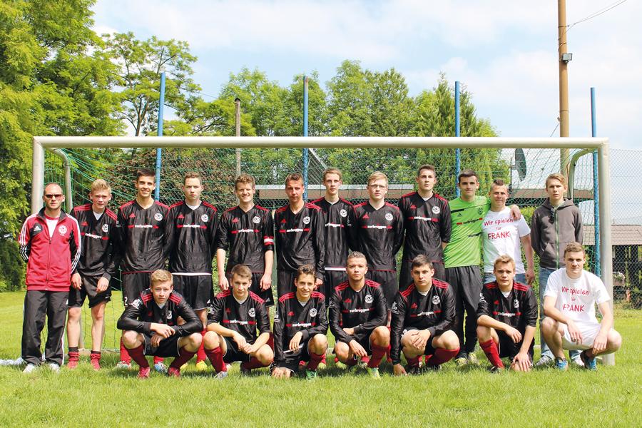 Die erfolgreiche A-Junioren-Mannschaft mit Trainer Giovanni Ciccarese (l.)