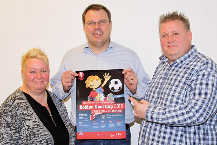 Die neuen Jugendleiter der JSG, Sabine und Thorsten Schwarz, präsentieren mit ihrem Vorgänger Christian Greune (m.) das Plakat für den Golden Goal