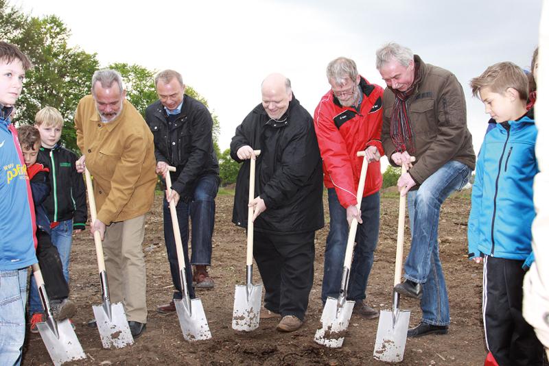 Symbolischer erster Spatenstich mit Ansgar Busch (Blau-Rot Billmerich, Bürgermeister Werner Kolter, Martin Klüting (Westfalia Unna), Jörg Schmidt (Rot-Weiß Unna) und Paul Raupach (Vorsitzender des Sportausschusses).