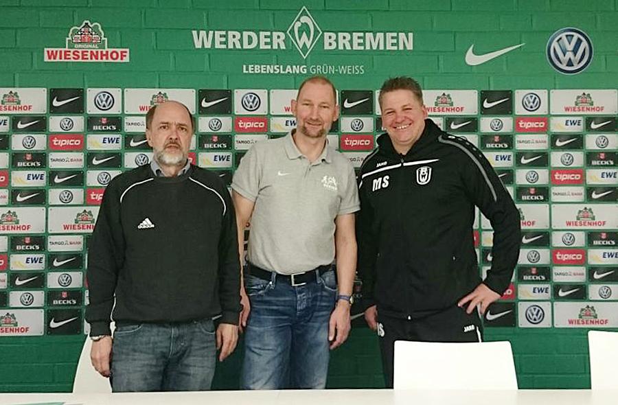 Dieter Zorn (l.) und Michael Schröder (r.) mit Dieter Eilts, Leiter der Werder